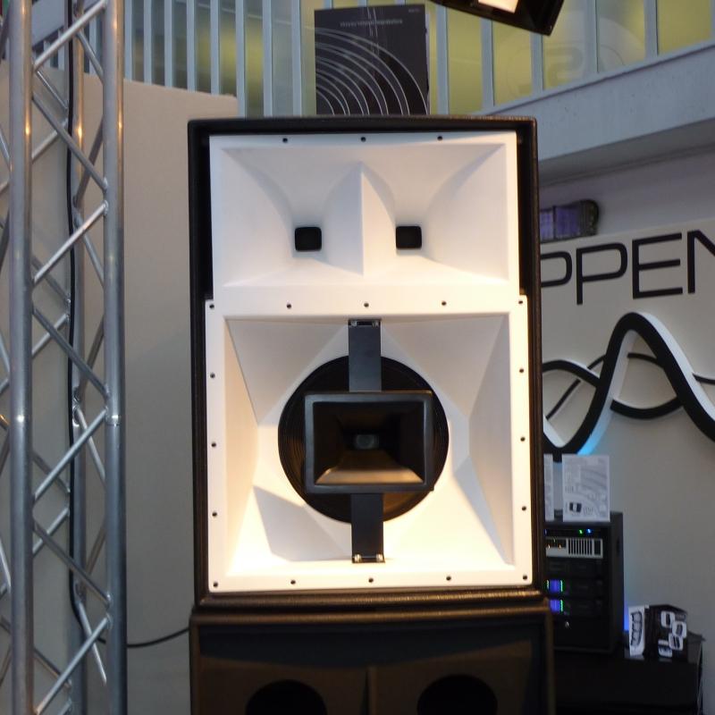 Ein Lautsprecher der alle grundlegenden Elemente eines Gesichtes enthält.