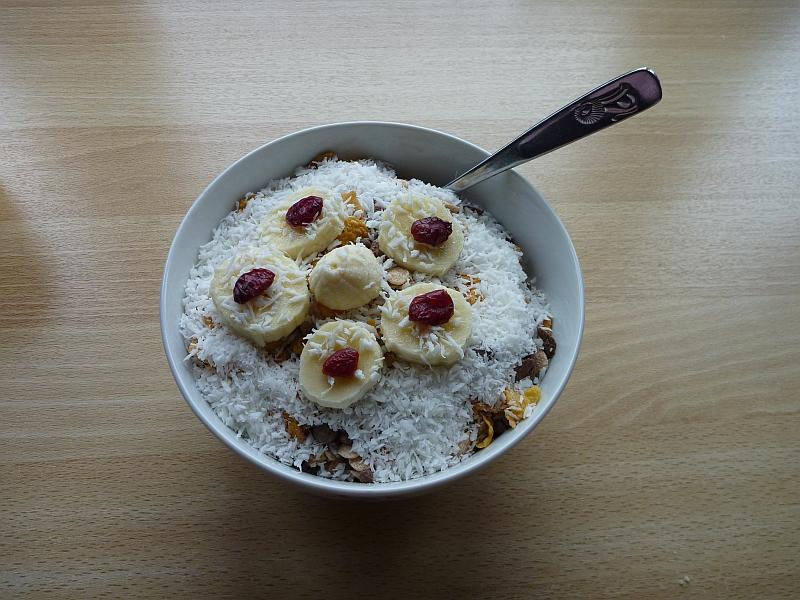 Müsli Dekoriert mit Kokosraspeln Bananenscheiben und Cranberries