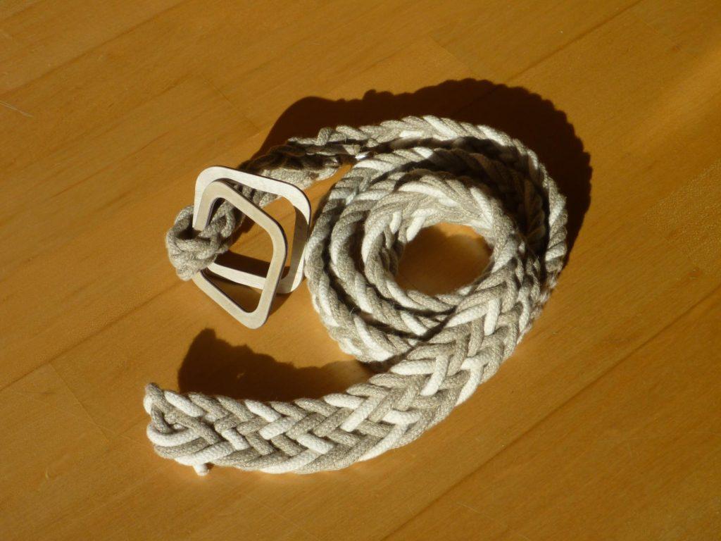 Gesamtansicht des Gürtels aus neun Seilen geflochten