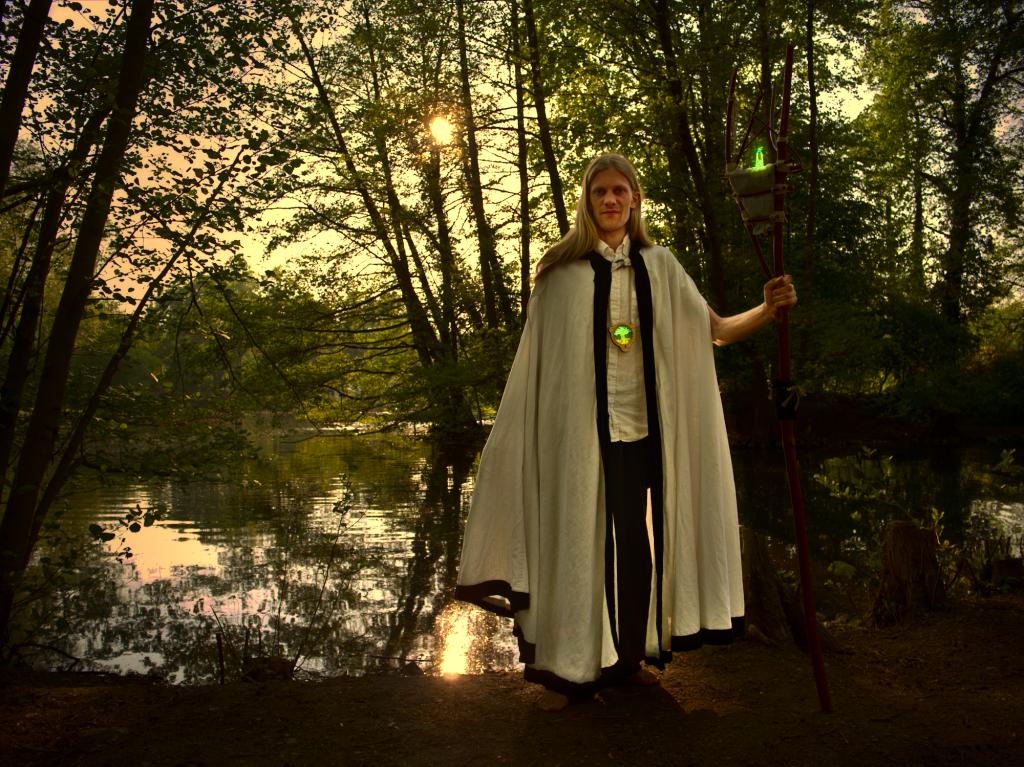 Hüter des Lichts - ein Menschliches Wesen in einem Weißen Leinen-Umhang mit einem Magischen Wanderstab in der Hand