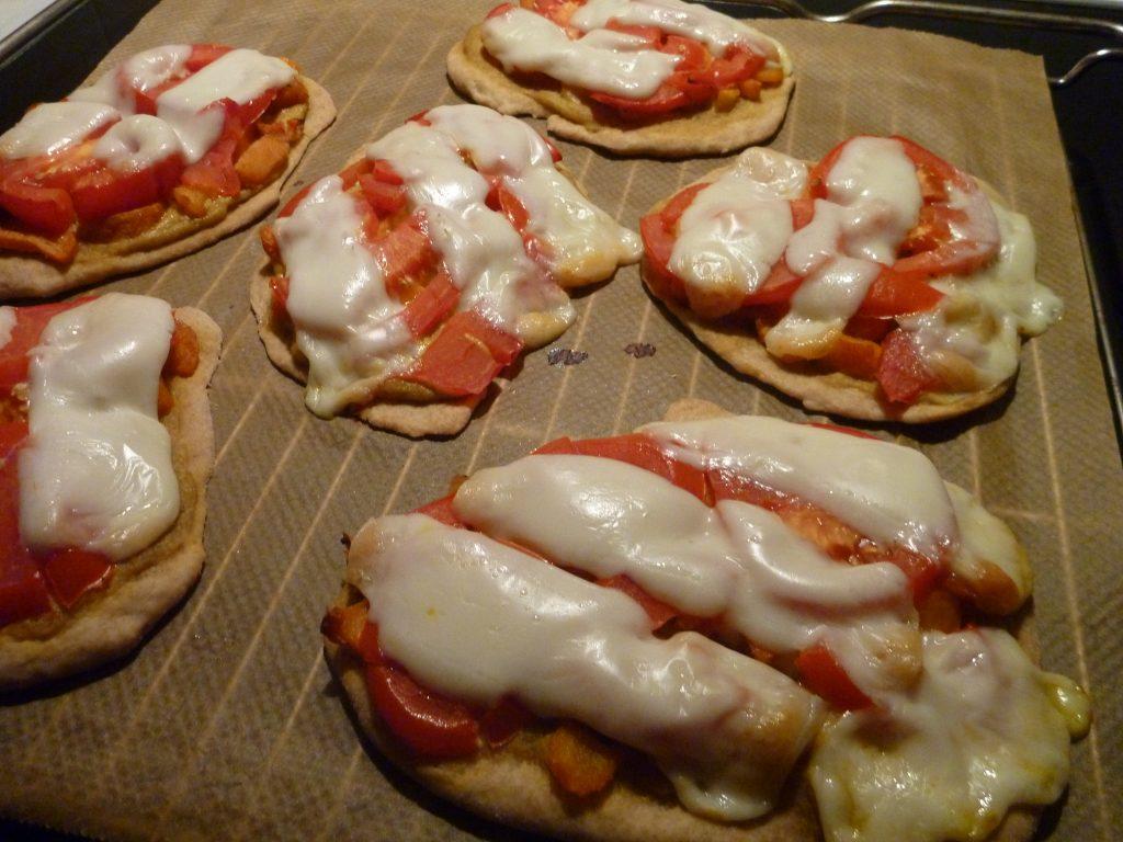 kleine Pizzen - Belegt mit Gemüse, Tomatenscheiben und Käse