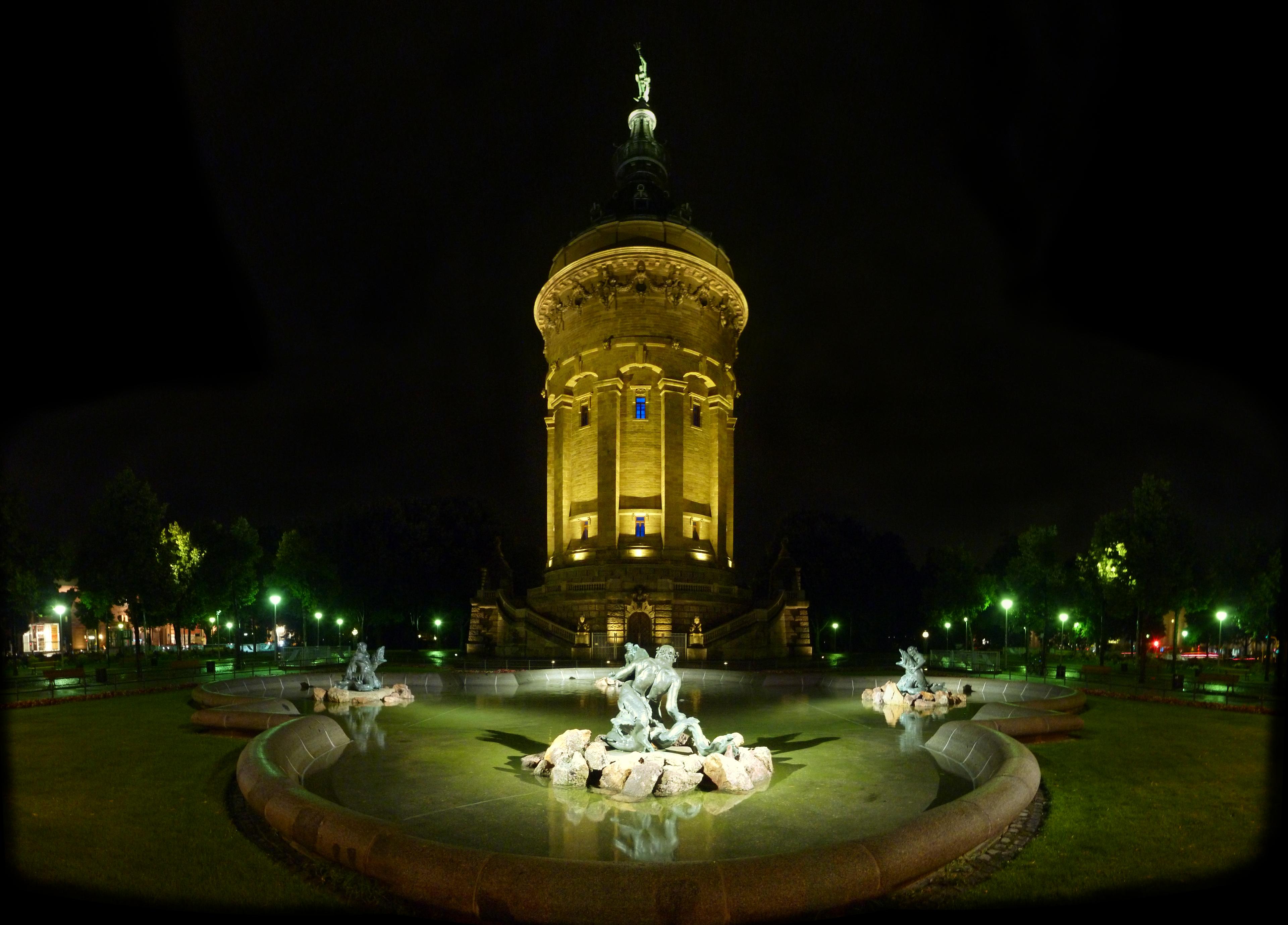 Mannheim: Wasserturm & Meeresgott bei Nacht